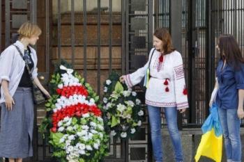 К российским посольствам по всему миру принесли похоронные венки