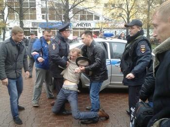 Задержание Дмитрия Светлого полицией. Фото kontury.info