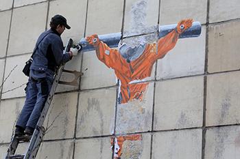 В Перми уничтожили граффити с распятым космонавтом