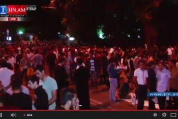 Участники «Электромайдана» продолжают блокировать проспект Баграмяна в Ереване (ВИДЕО)